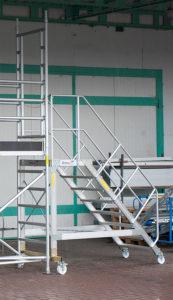 Konstrukcja  specjalna złożona ze schodów magazynowych oraz rusztowań
